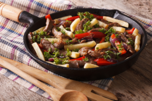 圖 2:Lomo saltado:醃漬過的牛腩條或牛排與洋蔥、番茄以及其他配料一起拌炒,並搭配炸薯條與米飯食用。