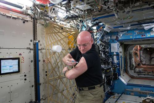 太空人 Scott Kelly為免疫系統研究替自己注射流感病毒,來源:https://commons.wikimedia.org/wiki/File:ISS-45_Scott_Kelly_flu_shot_in_the_Destiny_lab.jpg