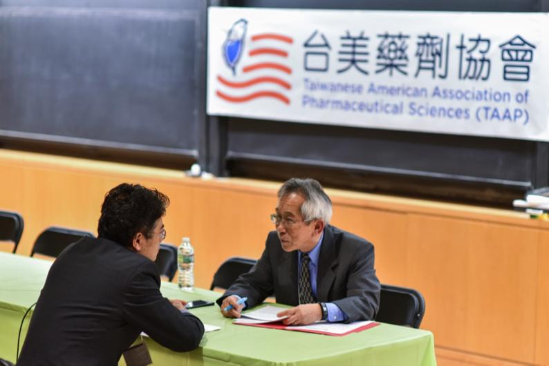 一對一擬面試 1-on-1 mock interview Right: TAAP President Dr. Mark Kao